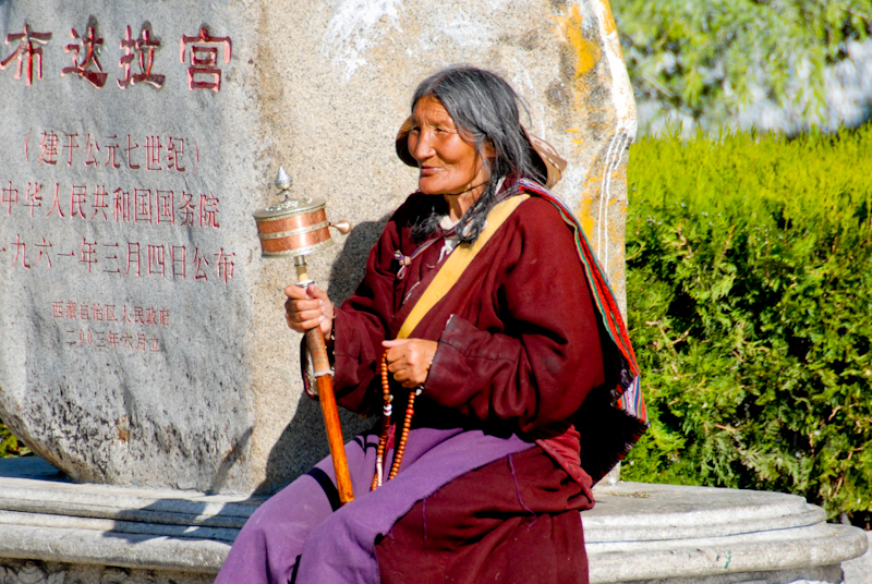 Бабушка-паломник возле дворца Потала