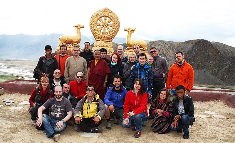 группа из 21 человека в Тибете в июне 2014